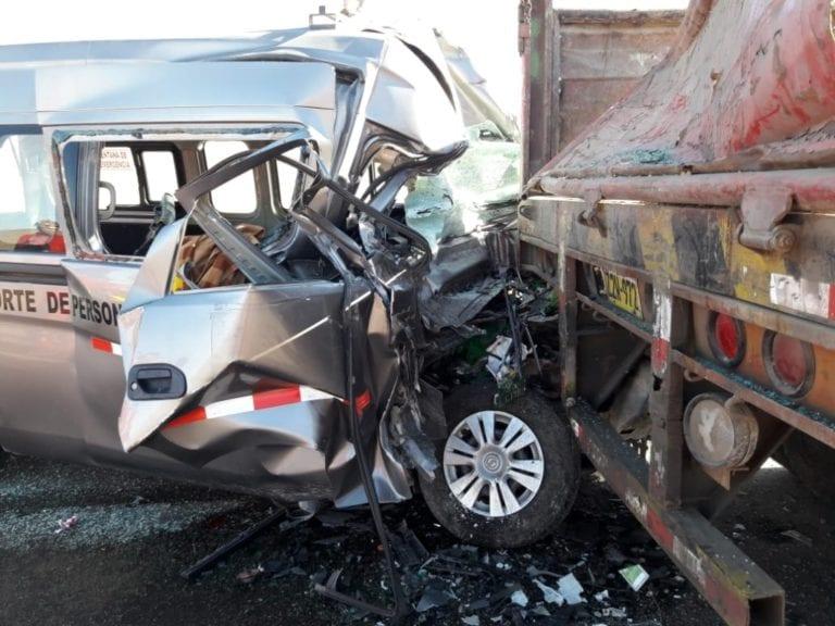 Trabajador muere tras estrellarse minivan contra tráiler
