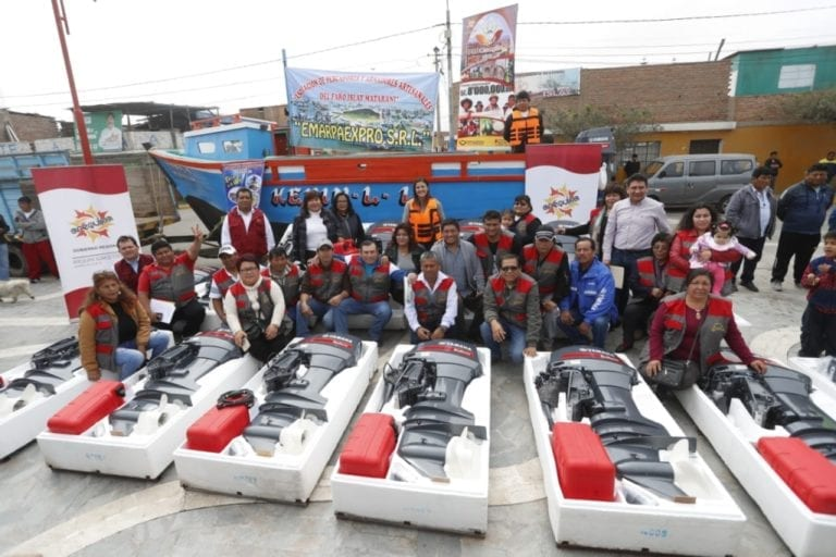 Gobierno regional entrega motores fuera de borda a pescadores