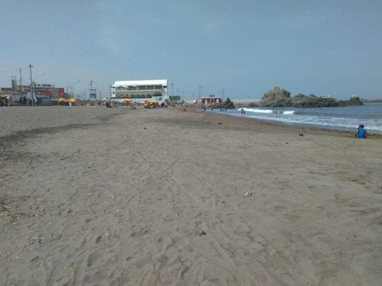 Policías retiran a personas que querían pasar un día de playa en Boca del Río