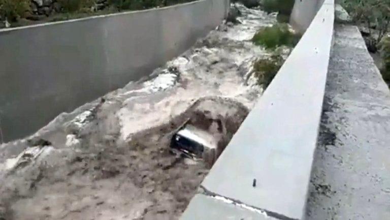Camioneta cae a río Torata y es arrastrada ante fuerte caudal