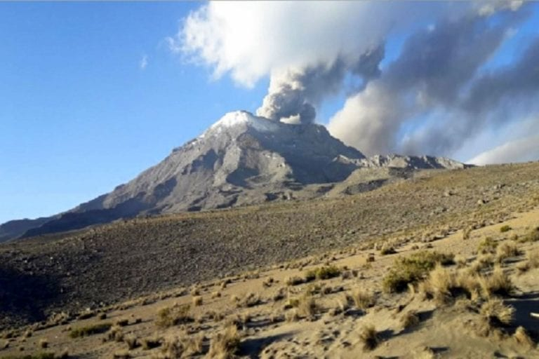 Ubinas expulsó material volcánico que cayó sobre poblados cercanos