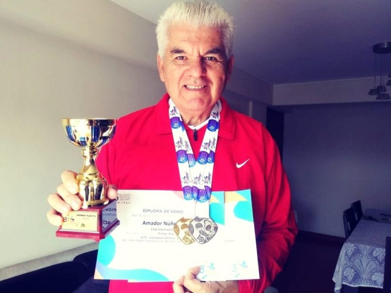 Mollendino Amador Núñez lleva casi un centenar de títulos de tenis de mesa