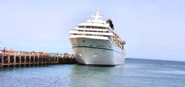 "Turistas alemanes arriban a Ilo en imponente crucero ""Amadea Nassau"""