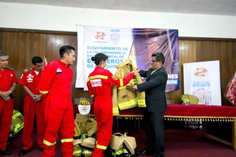 GRA entrega implementos de seguridad a bomberos de Arequipa