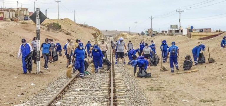 Recogen más de tres toneladas de basura en la línea férrea
