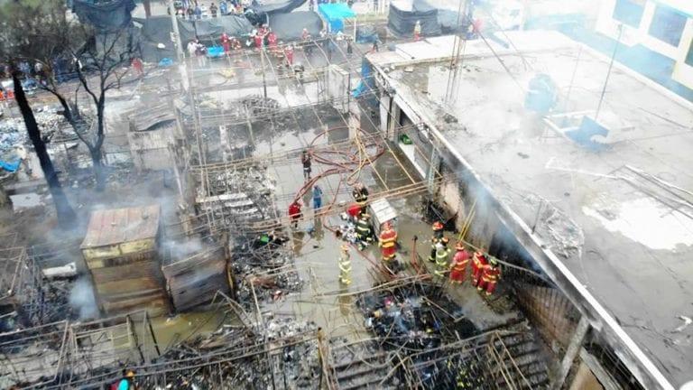 Ilo: Incendio de proporciones destruyó negocios ubicados en la explanada del Mercado Pacocha