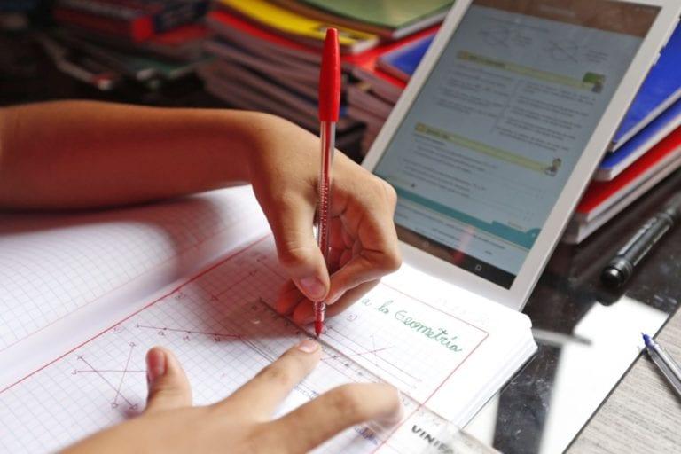 Gobierno comprará 840,000 tablets para escolares