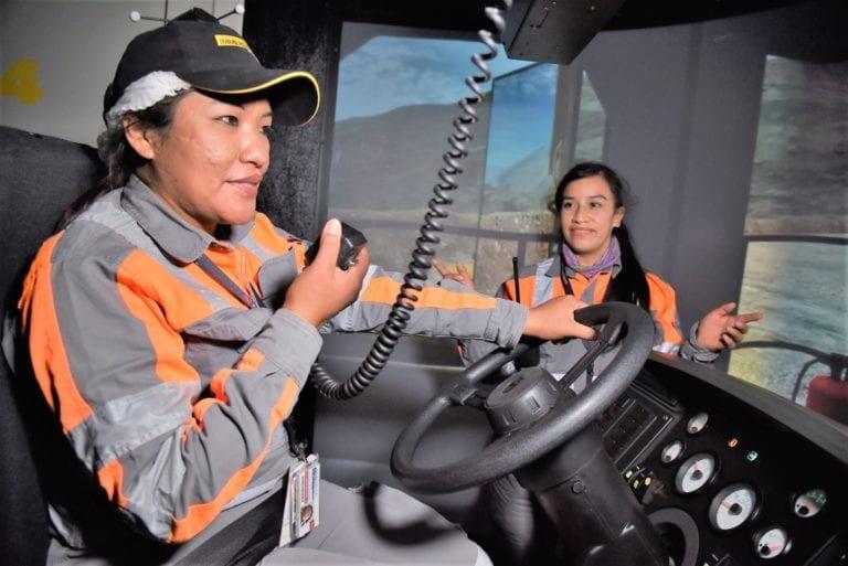 Anglo American y Stracon entrenan a mujeres moqueguanas para operar camiones mineros