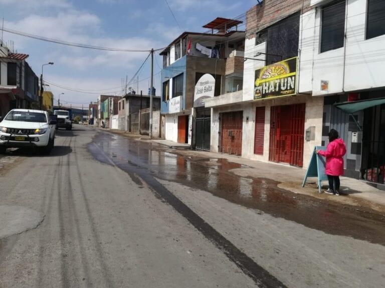 Aniego de aguas malolientes genera molestia en vecinos y comerciantes