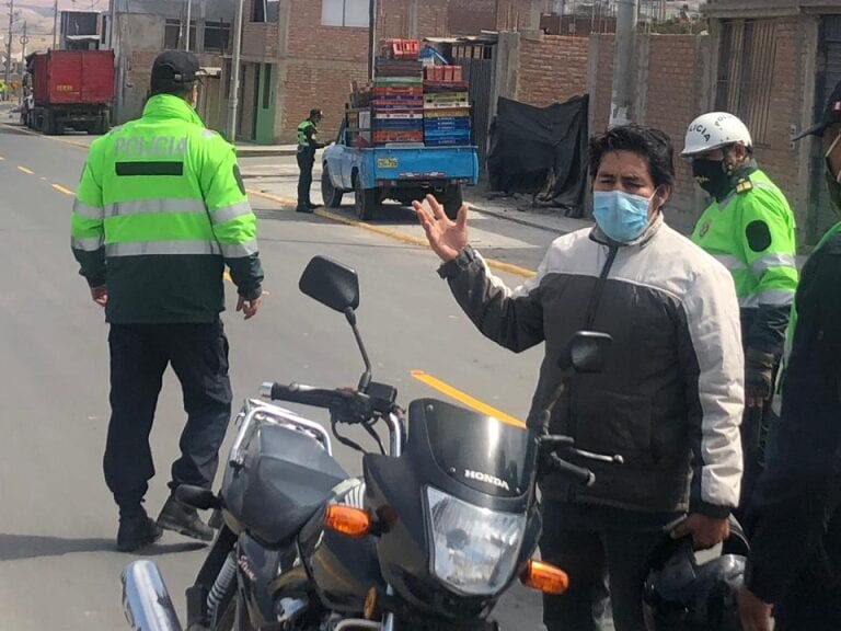 Policía nacional impone papeletas a ciudadanos y negocios en Mollendo