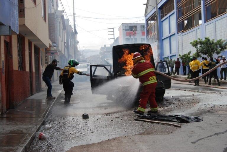 Vehículo a gas se incendia frente al puesto de salud «El Siglo»
