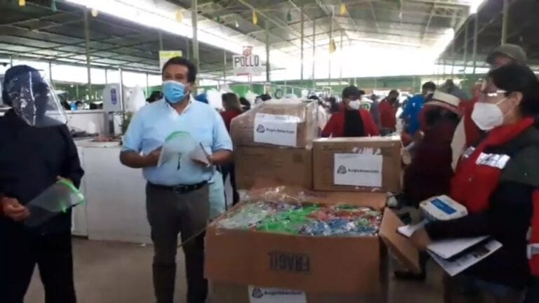 Alcalde de Samegua entrega protectores faciales y mascarillas a comerciantes