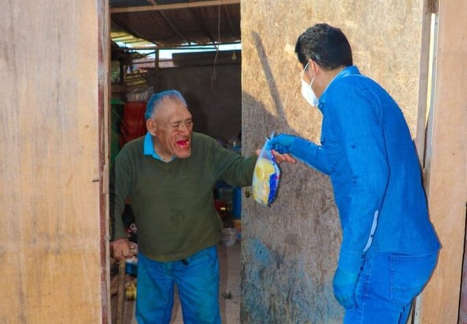 Alcalde Raúl Rodríguez entrega 60 pollos a población vulnerable de Punta de Bombón