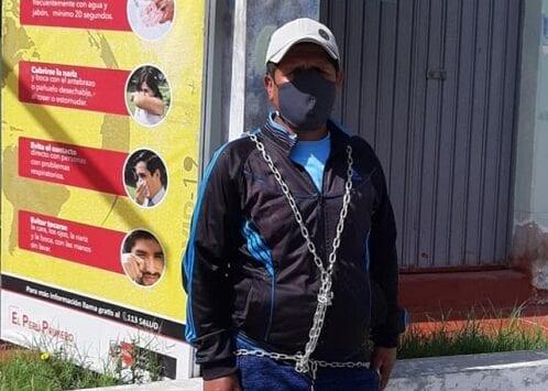 Militante del FIRME se encadena en rechazo a designación de nuevo gerente de Sub Región Sánchez Cerro