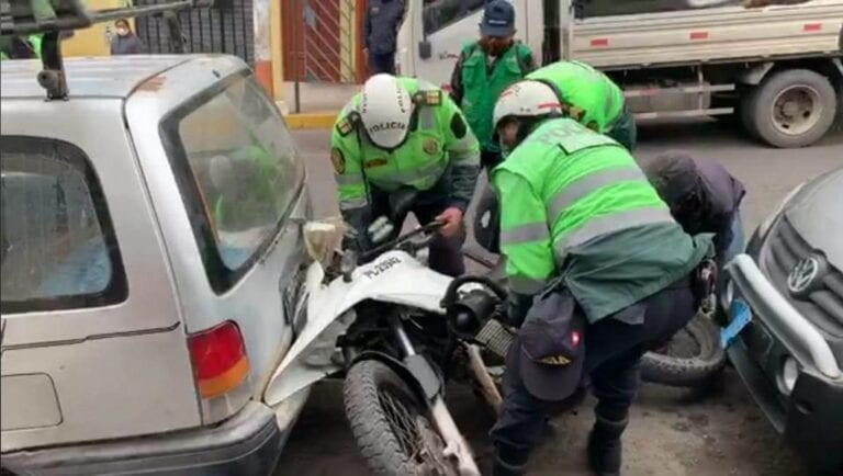 Auto impacta a moto de la PNP en Mollendo