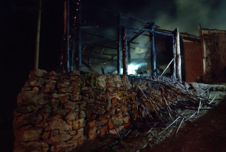 Incendio consume gran parte de vivienda rústica en Deán Valdivia