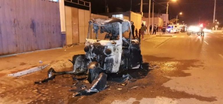 Mototaxi se incendia frente a taller de mecánica