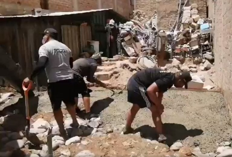 Policías y empresa realizan vaciado de piso de casa de ancianito