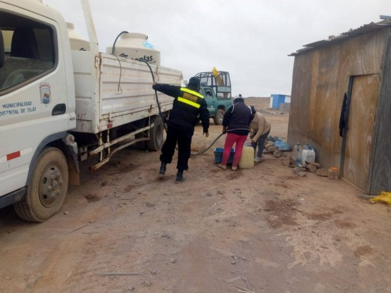 Reparten agua potable a sectores alejados de Matarani
