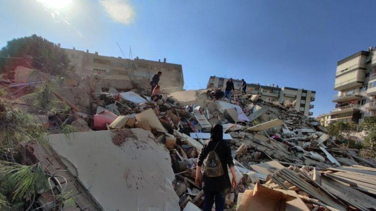 Terremoto de 7 grados ocasiona derrumbes y tsunami en Turquía