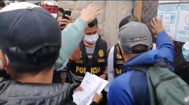 Policía de Mollendo disuade a multitud enobra del hospital del Minsa