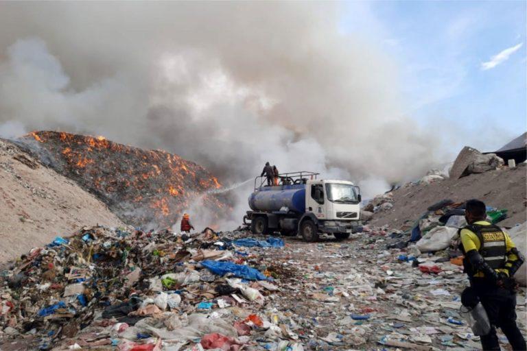 Municipalidad mitiga gases tóxicos tras incendio en botadero municipal