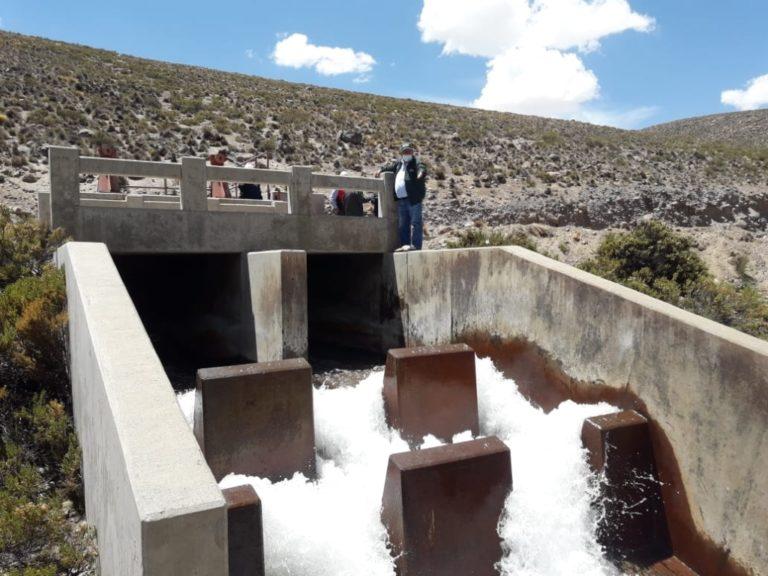 Inician descarga de agua desde Pasto Grande al valle de Tambo