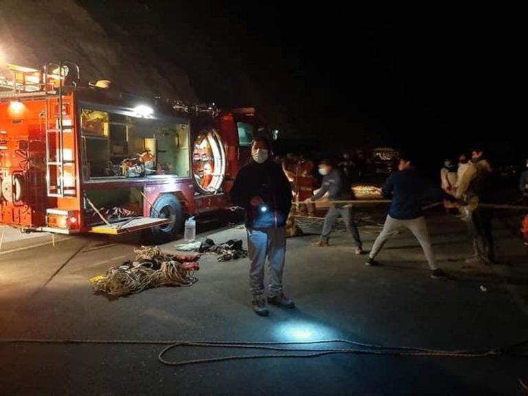Un muerto y tres heridos al caer camioneta al barranco