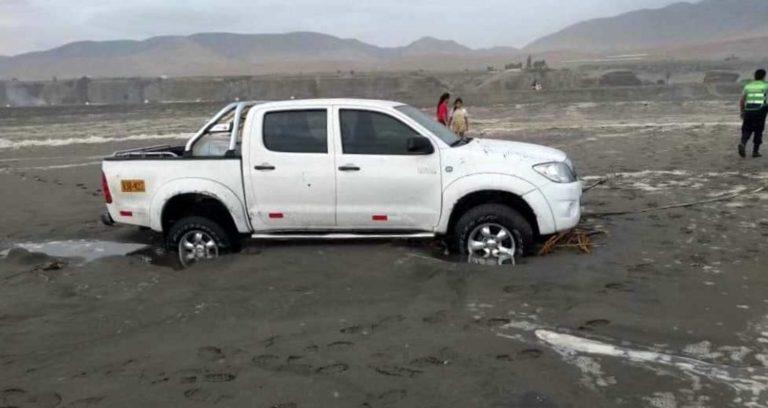 Camioneta queda atollada en playa de Mejía