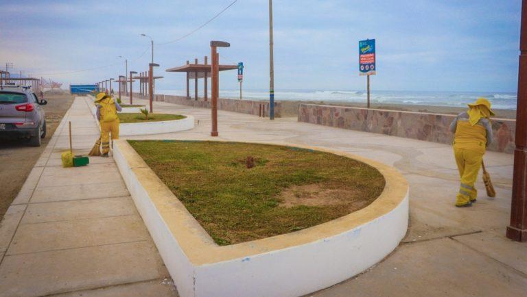 Limpian caminos en sector de playas de Punta de Bombón
