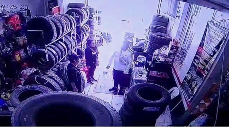 Pareja ingresa a tienda de venta de neumáticos y roba celular