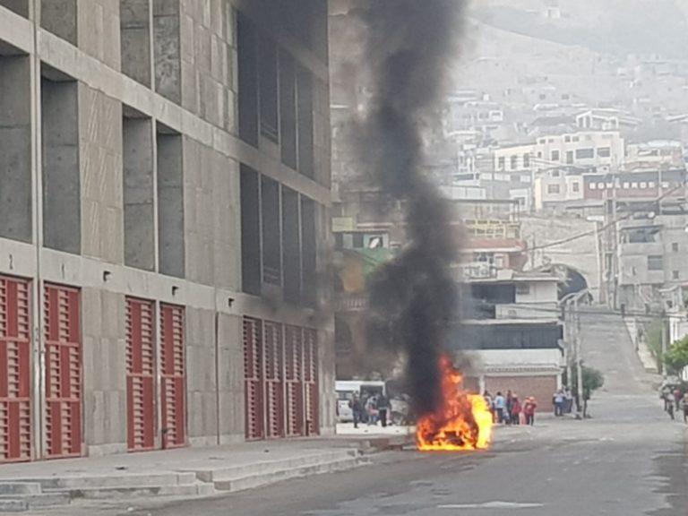 Vehículo se incendia y queda convertido en chatarra