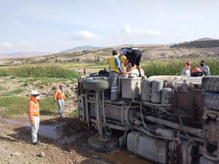 Cisterna se despista y vuelca en carretera Costanera