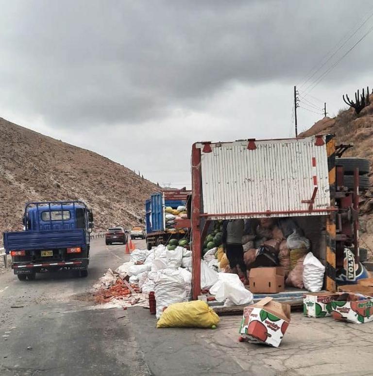Camión con sandías se voltea a la entrada de Cerro Verde