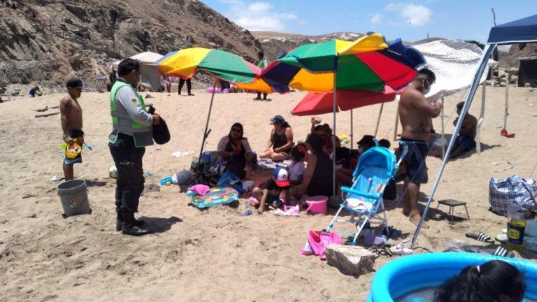 Policía desaloja y multa a bañistas de caleta Quebrada Honda