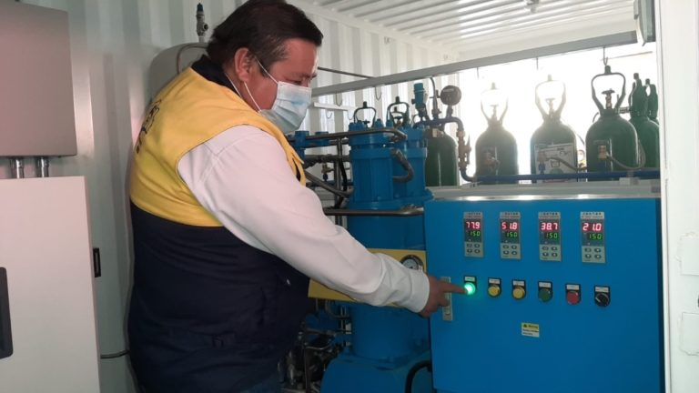 Alcalde Abraham Cárdenas saluda funcionamiento de planta de oxígeno