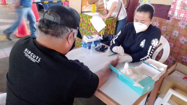 200 muestras: Aplican pruebas rápidas a comerciantes del mercado San José