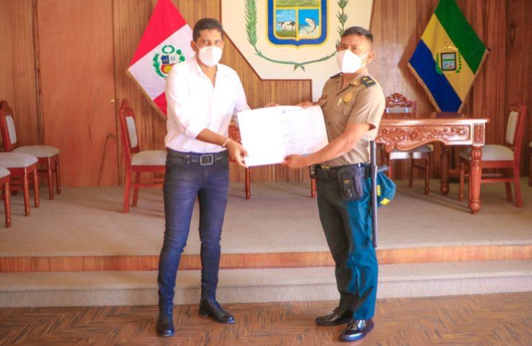 Entregan reconocimiento a comisario PNP de Punta de Bombón por apoyar en la lucha contra el Covid-19