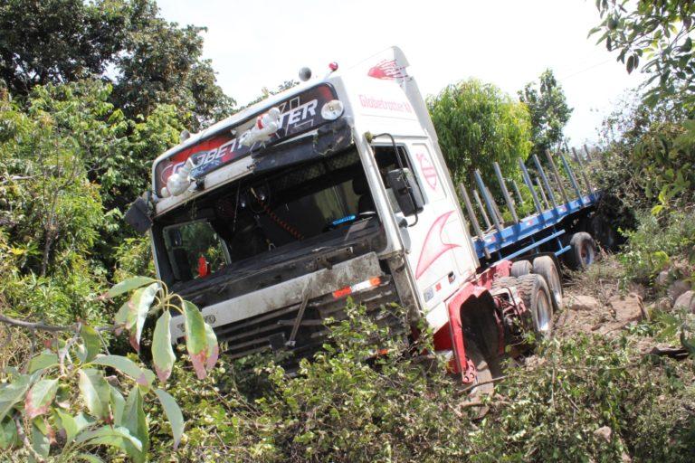 Tráiler se despistó en Tumilaca y conductor salva se milagro
