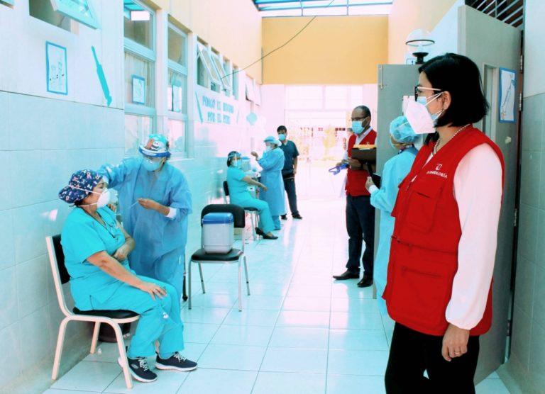 Vacunan contra el covid-19 a personal sin vínculo laboral de los hospitales de Ilo y Moquegua