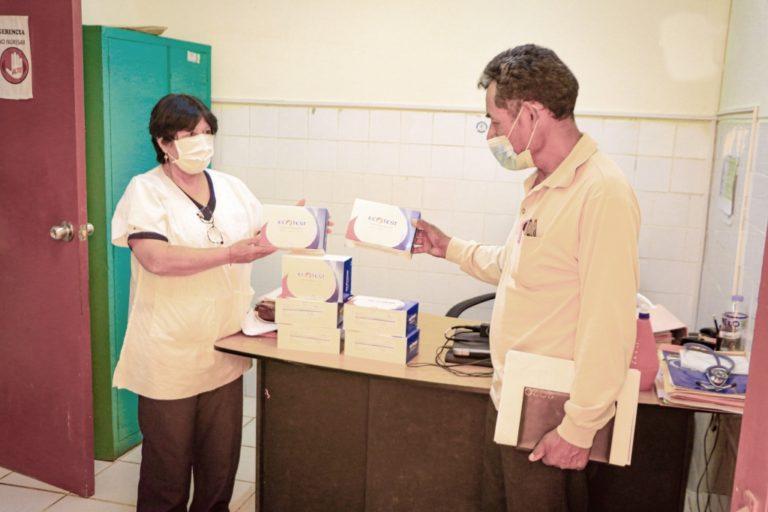Regidor entrega dotación de pruebas rápidas a centro de salud