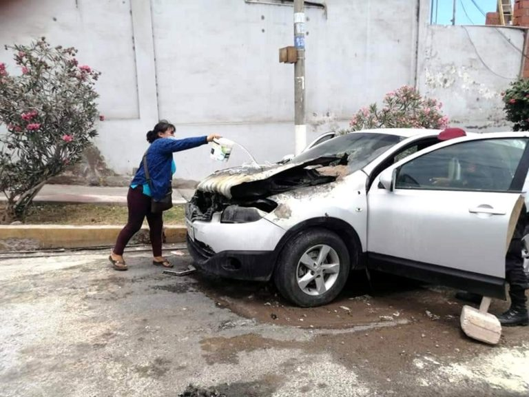 Vehículo estacionado cerca del Parque del Niño se incendia