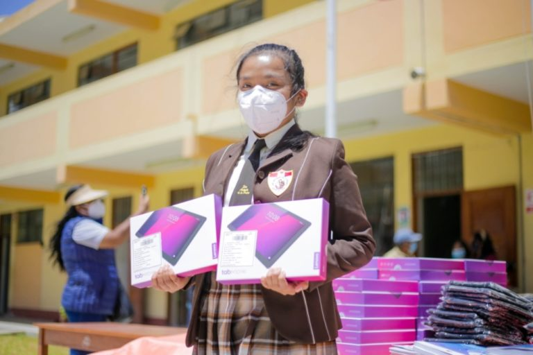 Cáceres Llica promete 80 mil tabletas para estudiantes