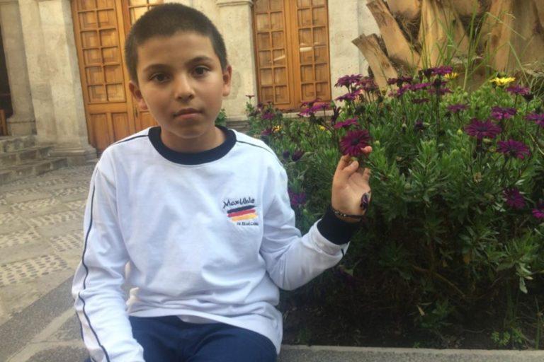 Arequipa: Niño logra suspender uso de plásticos para forrar cuadernos y evitar la contaminación