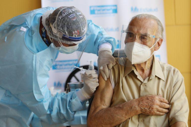 Vacunación de los adultos mayores culminaría en tres meses