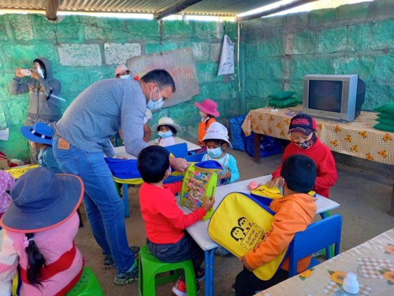 Donan equipos y material de estudio a comedores para clases virtuales de niños