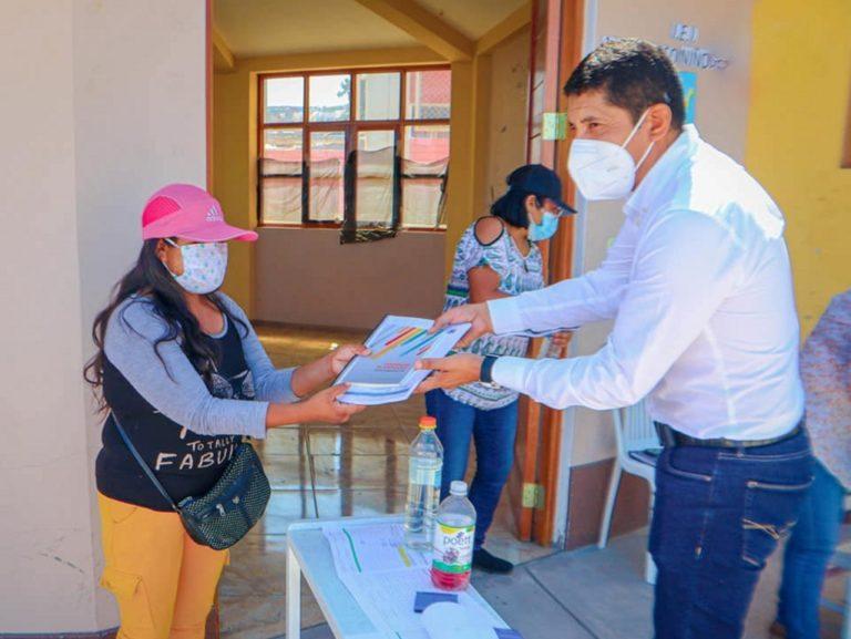 Entregan material educativo en Punta de Bombón