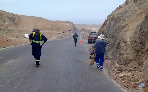 Tras sismos municipio limpia carretera antigua en Mollendo
