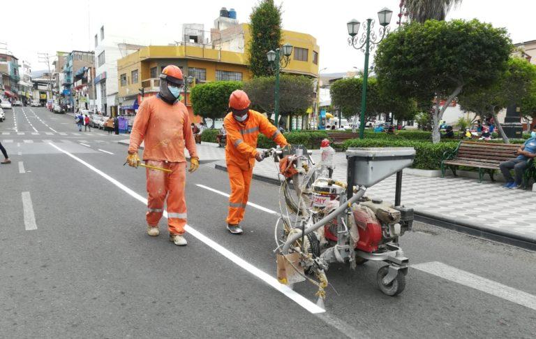 Pintan señalización horizontal en calles céntricas de Mollendo