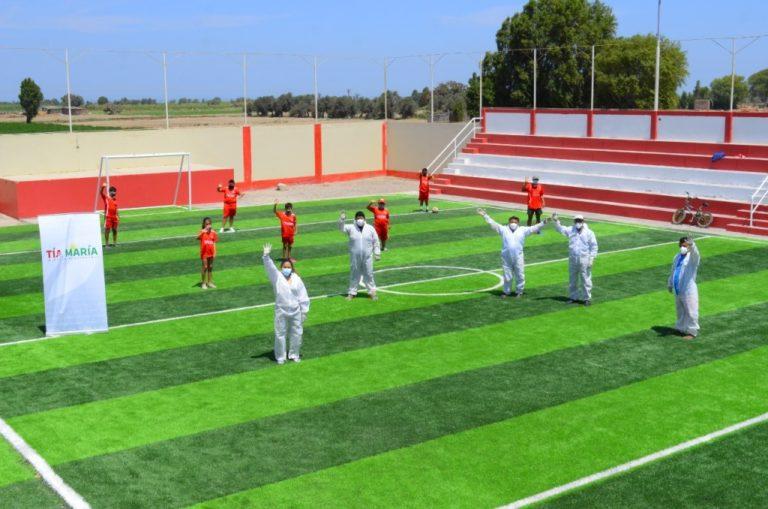 Instalan césped sintético en losa del Club Deportivo Colón en Punta de Bombón